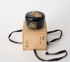 Maki-e lacquered and mother of pearl inlaid black tea canister (chū-natsume) – Japan – Second half of the 20th century