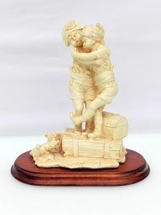 """Figurine of two playing """"ollebolletjes"""""""