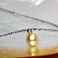 Necklace with faceted natural Laboradorites, 2.5 mm in diameter, with diamond and golden South Sea pearl, 9.5 x 10 mm in diameter