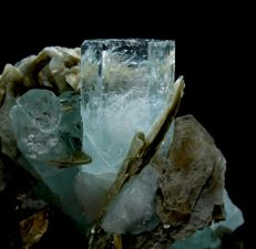 Terminated Aquamarine Crystal Cluster with Muscovite Mica - 59 x 59 x 32 mm - 128gm
