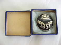 1923 steel helmet federal admission badge in the original case / 1923 steel helmet entry badge in the original case