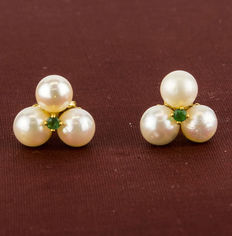 Gold earrings with three cultured Akoya pearls measuring 5 mm (approx.) in diameter, with a circular emerald design.