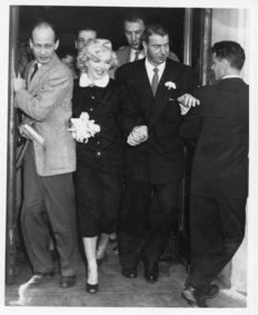 Unbknown - AP wirefoto / Photofest - Marilyn Monroe and Joe DiMaggio - San Francisco - 1954