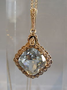 Pendant with blue spinel in antique cut 15 ct and necklace