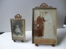 Two ribbon frames in gilded brass and bisauté-cut glass with original photos, France, approx. 1900
