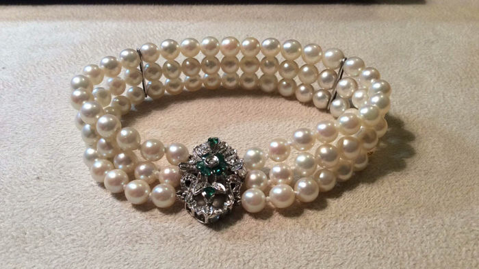 Bracelet – 7 mm Japanese pearls – Clasp is set with emeralds and a diamond. Emeralds: 0.30 ct – Diamond:  0.02 ct.