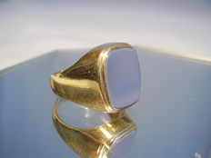 Heavy 14 kt gold vintage men's ring with plate for engraving.