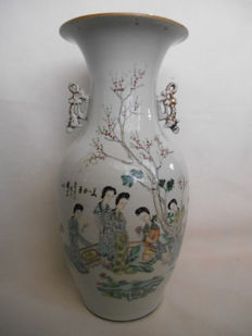 Beautifully decorated qian jiang vase with a decoration of figures - China - early 20th century (republic period)