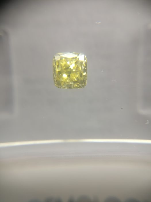0.37 ct Radiant cut diamond Fancy Yellow VS2