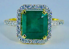 4.57ct. Natural Transparent Green Emereld and 36 Diamonds set in 18k Yellow gold ring-Ring size: 18.0