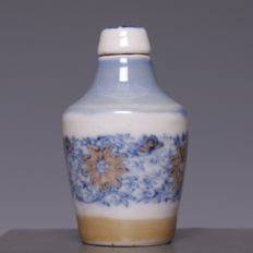 Beautiful porcelain snuff bottle, stylised floral décor – China – first half 20th century