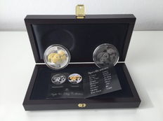 China - 2 x 10 Yuan day & night set 2008 - colour / 1 x 1 oz 24 carat gold + 1 x 1 oz with 999 Palladium finish-with box & certificate - Edition only 2008 piece