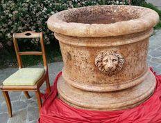 Large-sized Rosso Verona marble well-curb, surrounded by lion heads in relief - Venice - around 19th century