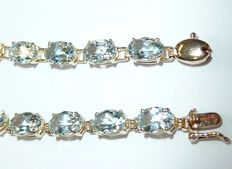 Aquamarine bracelet in 14 kt / 585 gold with 22 oval-faceted aquamarines of approx. 8.8 ct
