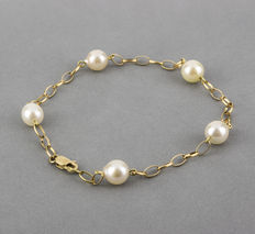 Yellow gold station bracelet with Akoya pearls.