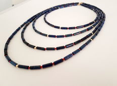 Necklace made of lapis lazuli and coral beads, 4 series, with 14 kt gold clasp and 14 kt gold beads