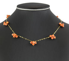 Yellow gold choker with Japanese cluster-shaped natural corals measuring 6.00 mm in diameter
