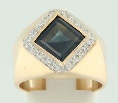 18 kt bi-colour gold ring centrally set with a sapphire and 20 brilliant cut diamonds, ring size 17.25 (54)