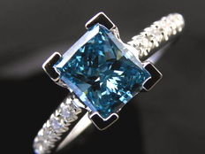 14 kt gold ring with princess cut blue diamond and 10 side stones, 0.85 ct in total