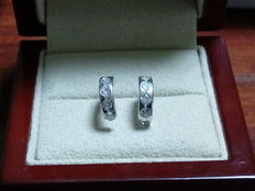 Earrings in 18 kt white gold with zirconias.