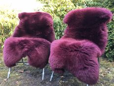 Lot with 2 high-quality and very soft lambskins/sheepskins in an aubergine/blackberry colour