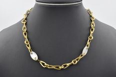 Necklace - choker made in yellow gold with pearls of 10.00 x 17.00 mm (approx).