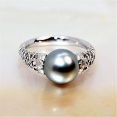 Designer 18 kt white gold cocktail ring set with Tahiti light grey pearl measuring 9.5 mm in diameter.