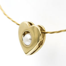 Choker with thin yellow gold cord, with a heart-shaped pendant and inlaid Akoya cultured pearl.