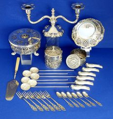 Lot with several silver plated objects.