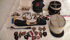 Large lot of képi and insignia from France - Cavalry, battle tanks.