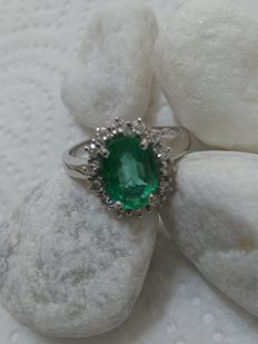 Engagement ring in 18 kt gold ring, with 3.18 ct emerald and 0.90 ct diamonds.