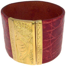 Crocodile leather and 18 kt yellow gold bracelet.