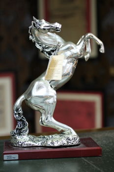 Figure of rampant horse of the workshop of Arriaga. Base of marble, wood, trabertino or resin. Coating silver 100%.