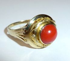 14kt / 585 gold antique ring with 1 round blood coral piece from the Mediterranean fine granulations - handmade