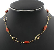 18 kt gold - Choker – Coral, measuring 12.10 mm x 6.25 mm  (approx.).