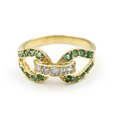 Yellow gold ring set with brilliant cut diamonds and round cut emerald gemstones – Ring size: 11,5.