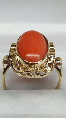 Yellow gold ring set with red coral