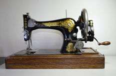 Singer 28K sewing machine with wooden cover, 1911
