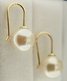 Yellow gold earrings set with a 10 mm pearl.