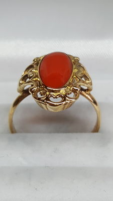 Gold ladies' ring 14 kt yellow gold set with red coral.