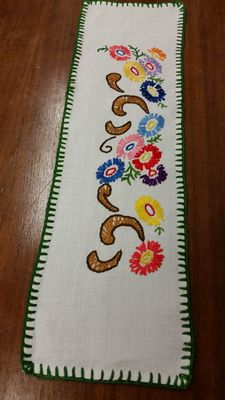 Small hand-embroidered hand-woven runner from an Italian private collection, around 1925