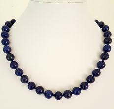 Necklace consisting of lapis lazuli beads, with 14 kt yellow gold clasp, hand knotted.