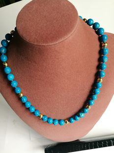 Elegant pearls necklace made of coloured sodalite and 18 kt (750) gold, with large clasp. No reserve price