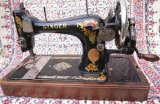 Antique Singer 128K manual sewing machine with wooden dust cover with handle, 1925