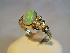 Gold opal ring in 14 kt yellow gold with an opal of 1.1 ct.