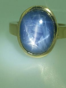 Yellow gold ring with starry cabochon sapphire