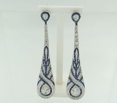 White gold dangle earrings of 14 kt in Art Deco style set with sapphires and diamonds, approx. 2.30 carat in total