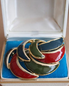 Vintage brooch of 18 kt plated with enamel
