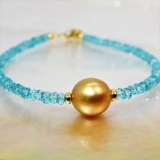 Yellow gold (18 kt) bracelet with precious faceted Apatite stones and a golden South Sea pearl, Ø 10 x 11 mm.