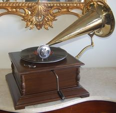 Extremely rare vintage trumpet gramophone in perfect working condition with disc and spare styluses - assembled - replica